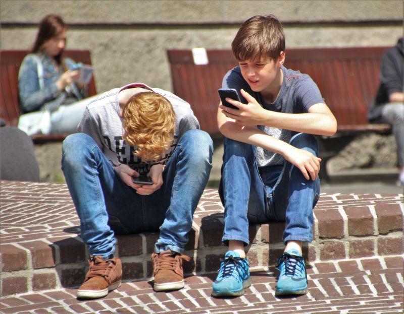 Adultos y adolescentes en la misma dirección