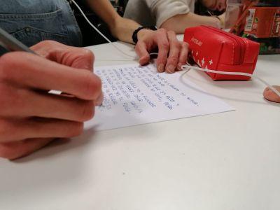 Las pacientes de Ita Alcalá escriben cartas a pacientes ingresados en varios centros de la Comunidad de Madrid por el COVID-19 para darles ánimos en su recuperación